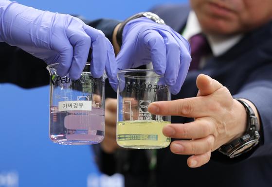 지난 7월 서울시청 브리핑룸에서 열린 '가짜석유' 제조·판매 검거 관련 기자설명회에서 한국석유관리원 등이 가짜석유 판별 시연을 하고 있다. 뉴스1