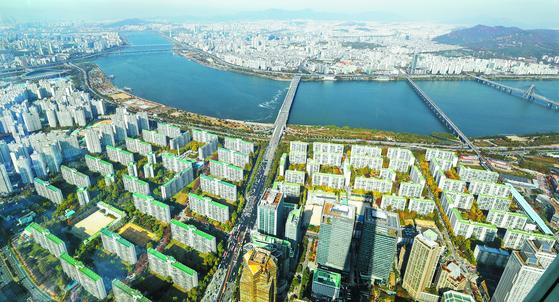 지난달 28일 서울 송파구 롯데월드타워 전망대에서 바라본 아파트 단지 일대. 정부가 3일 공시가격 현실화 로드맵(단계별 이행안)을 발표했다. 뉴스1