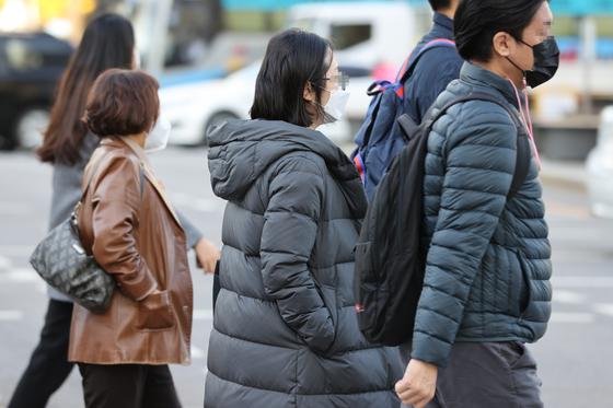 쌀쌀한 아침 날씨를 보인 지난 2일 오전 서울 종로구 광화문네거리에서 시민들이 발걸음을 재촉하고 있다. 연합뉴스