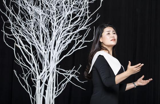 오페라 '순이삼촌'의 노래를 부르고 있는 소프라노 강혜명. 순이삼촌이 세상을 떠나기 직전에 부르는 노래다. 권혁재 사진전문기자