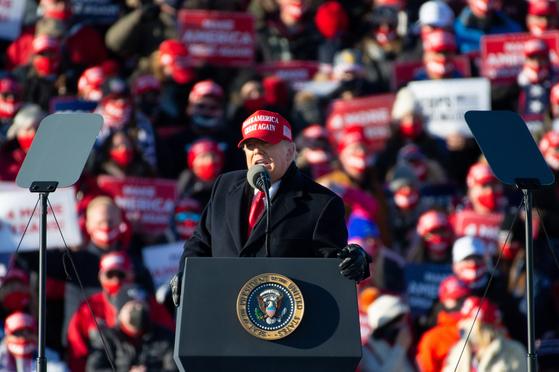 선거를 하루 앞둔 2일(현지시간) 도널드 트럼프 대통령이 펜실베이니아에서 유세 연설을 하고 있다. [EPA=연합뉴스]