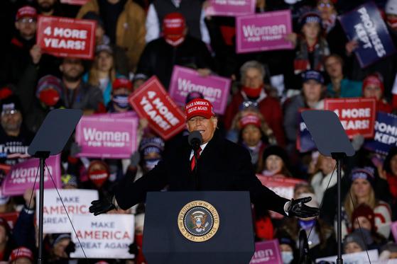 도널드 트럼프 미국 대통령이 대선 하루 전날인 2일(현지시간) 경합주인 미시간에서 마지막 유세를 하고 있다. [AFP=연합뉴스]