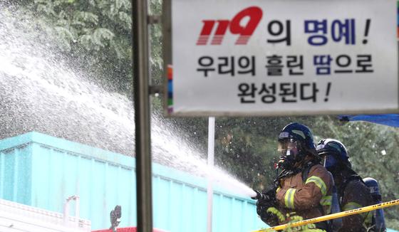 지난 9월 16일 충남 천안 중앙소방학교에서 열린 화재대응 능력평가시험에 참가한 소방관들이 시험을 치르고 있다. 사진은 기사 본문과 관계 없음. 뉴스1