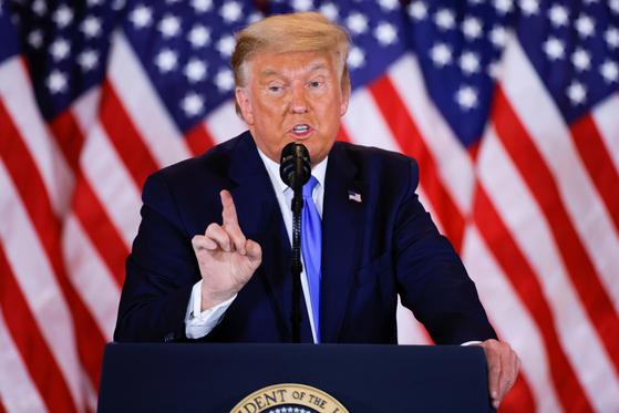 """도널드 트럼프 미국 대통령이 백악관에서 4일(현지시간) 심야 기자회견을 열고 """"내 생각에 솔직히 우리는 이미 이겼다""""고 말했다. [로이터=연합뉴스]"""