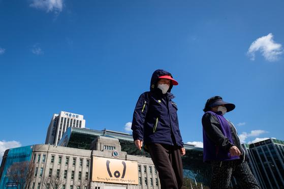 미세먼지가 사라지고 파란 하늘이 돌아왔지만, 서울광장을 지나는 시민들은 코로나19로 인해 마스크를 벗지 못하고 있다. 환경과 보건 위기로부터 건강을 지키고 지구를 보호하고 돈도 절약하는 DIY(직접 만들기)가 관심을 모으고 있다. 뉴스1