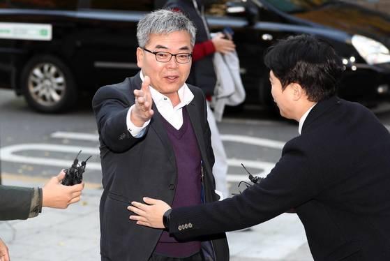 박훈 변호사가 2017년 11월 서울지방경찰청에서 고소장 제출을 위해 민원실로 들어가고 있다.[연합뉴스]