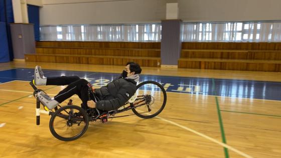 중앙대의 로봇자전거를 타고 있는 김영훈 선수. 혼자 페달을 밟으며 자전거를 굴린다. [사진 중앙대]