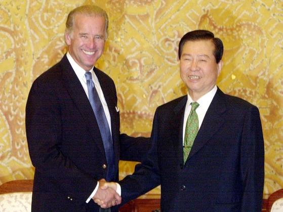 조 바이든 미 대선후보가 2001년 8월 미 상원 외교위원장 자격으로 김대중 당시 대통령을 청와대에서 접견하고 있는 모습.[청와대사진기자단]