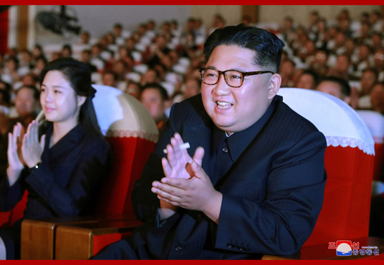 김정은 국무위원장이 공연장에서 담배를 들고 박수치고 있다. [연합뉴스]