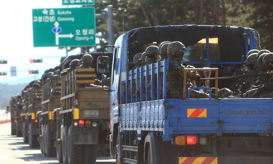 북한 남성 1명이 철책을 넘어와 동부전선에 대침투경계령인 진돗개 하나가 내려지는 등 수색작전이 전개된 4일 작전에 투입됐던 병력들이 상황종료후 철수하고 있다. 연합뉴스