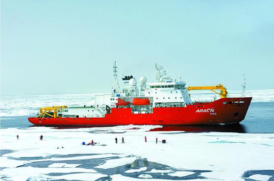 국내 유일의 쇄빙연구선 아라온호(7487t)가 지난 1일 알래스카 놈을 출발하고 있다. 아라온호는 40일 일정으로 북극해 지역연구를 진행한 뒤 다음 달 10일쯤 다시 놈으로 돌아간다. 아라온호는 해빙과 해양생물 연구를 성공리에 수행 중이다. [뉴시스]