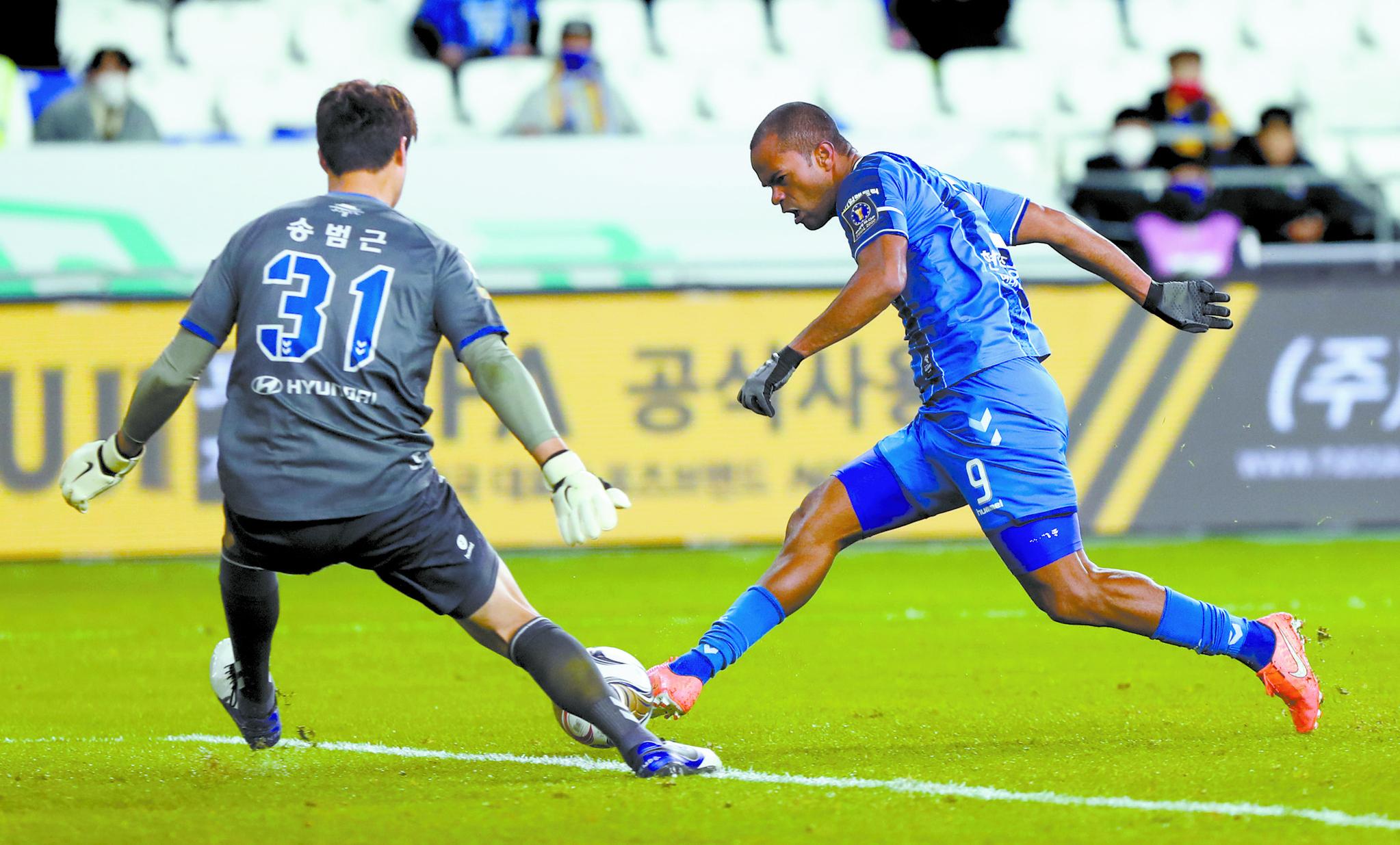 울산 주니오(오른쪽)가 4일 전북과 FA컵 결승 1차전에서 후반 15분 동점골을 넣고 있다. [연합뉴스]