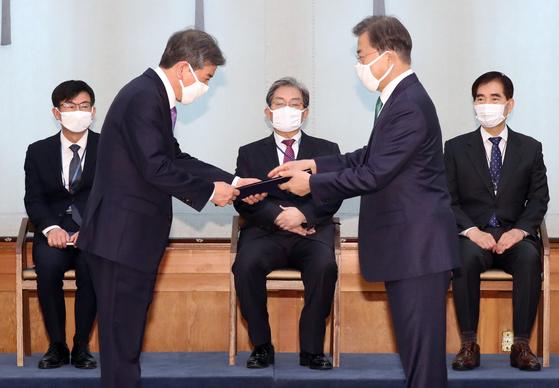 문재인 대통령이 2일 청와대 본관에서 김진경 국가교육회의 의장에게 위촉장을 수여하고 있다. [청와대사진기자단]