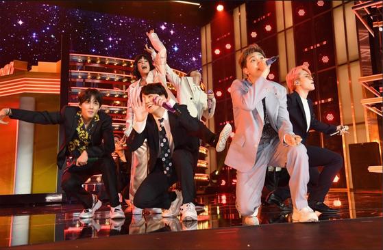 지난해 미국 빌보드 시상식에서 앤더슨벨 러너 스니커즈를 신고 공연하는 BTS 정국(앞줄 왼쪽에서 두 번째). [사진 각 사]