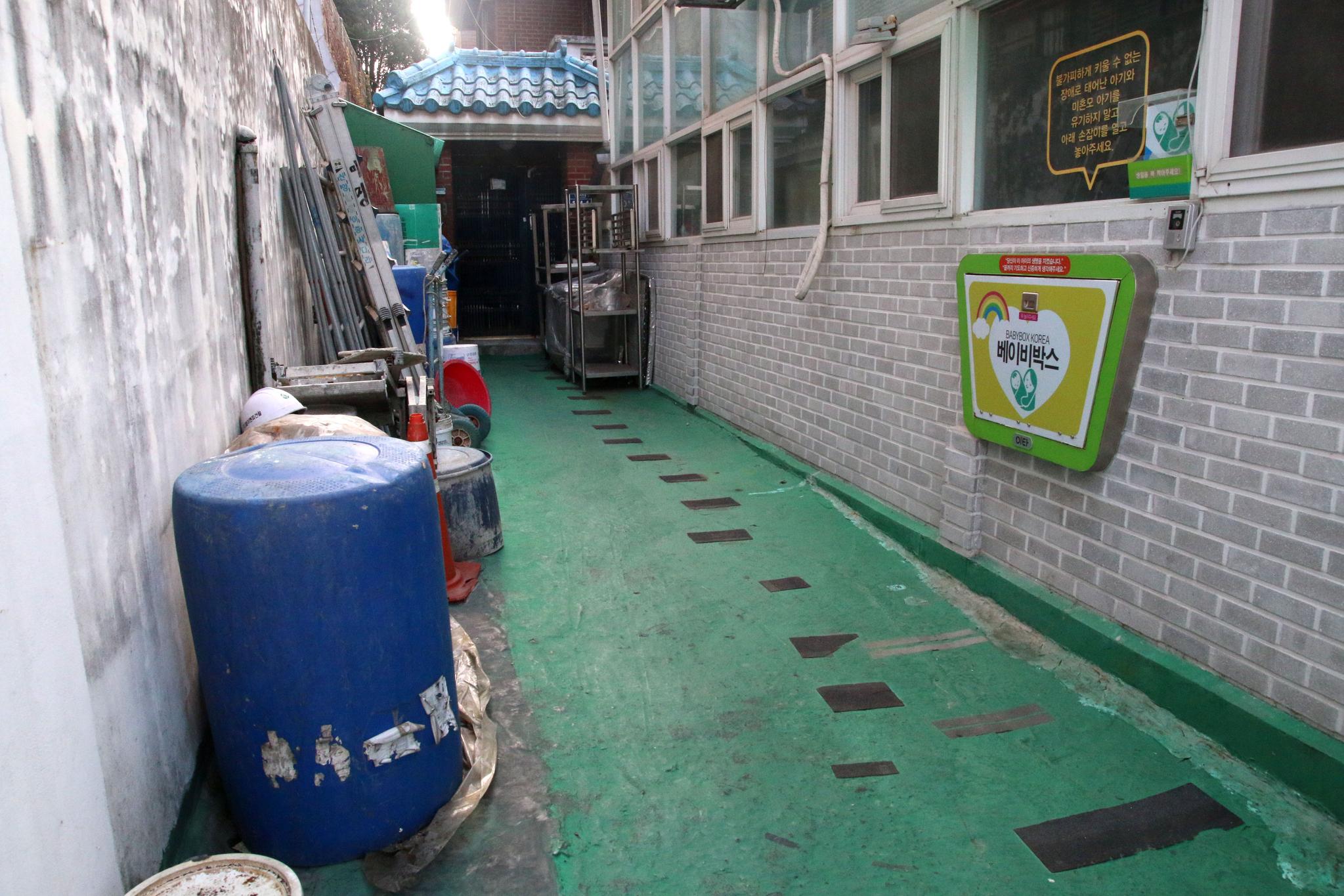 지난 3일 서울 관악구의 한 교회에 설치된 베이비박스 옆 드럼통 주변에서 수건에 싸여 있는 남아의 시신이 발견됐다. 아기는 탯줄과 태반이 붙어있는 상태였던 것으로 전해진다. 사진은 아이가 발견됐던 드럼통 인근. 뉴스1