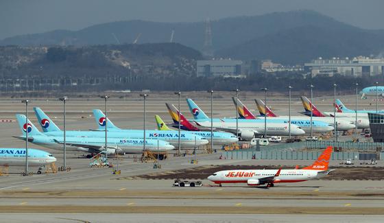 지난 3월 2일 인천국제공항 터미널에 항공기들이 늘어서 있다. 김성룡 기자