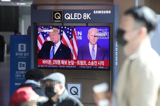 서울역에서 미국 대선 관련 뉴스를 지켜보고 있는 시민들. 연합뉴스
