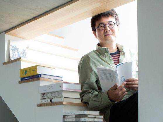 '집을 쫓는 모험'을 쓴 정성갑 작가가 3일 서촌 자택에서 포즈를 취했다. 권혁재 사진전문기자