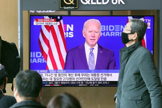 5일 서울역 대합실에서 시민들이 도널드 트럼프 대통령과 조 바이든 민주당 대선 후보가 승부를 벌이고 있는 미국 대통령 선거 뉴스를 시청하고 있다. 뉴스1