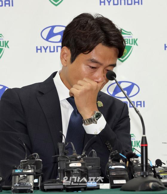 은퇴를 선언한 살아있는 한국프로축구의 전설 '라이언킹' 전북현대 이동국이 지난달 28일 전주월드컵경기장에서 은퇴 기자회견을 했다. 이동국이 질문에 답하던중 눈시울을 붉히고있다. 전주=정시종 기자