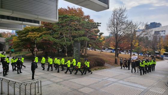 6일 오후 김경수 경남지사 선고를 앞두고 서울고등법원 앞에 수십여명의 경찰들이 배치되고 있다. 박태인 기자.