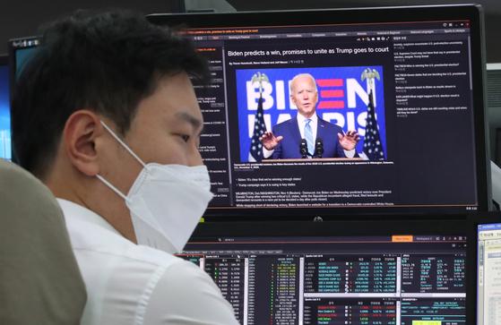 5일 서울 중구 하나은행 딜링룸의 한 딜러 모니터에 미 대선 뉴스가 띄워져 있다. 연합뉴스