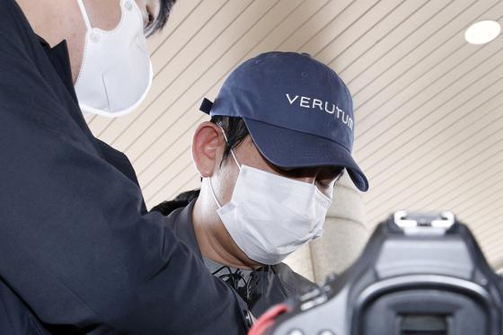 김봉현 전 스타모빌리티 회장이 수원남부지방경찰청에 조사받기 위해 들어서고 있다. 뉴스1