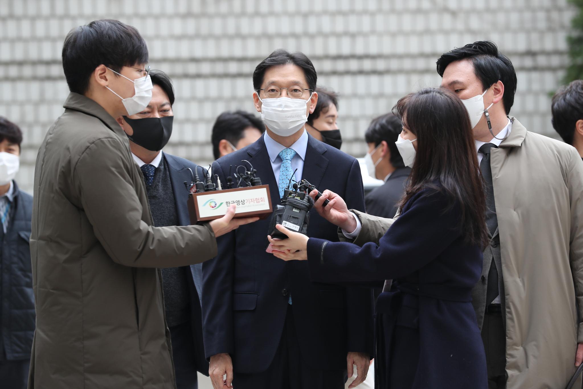 포털사이트 댓글조작 혐의로 기소된 김경수 경남지사가 6일 오후 서울 서초구 서울고등법원에서 열린 항소심 선고기일에 출석하며 취재진의 질의에 답하고 있다. 뉴스1