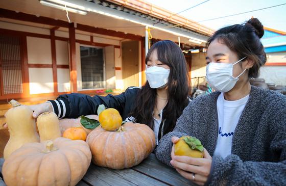 지난달 30일 전남 강진군의 한 농가에서 5일째 살고 있던 서울 대학생들이 강진에서 자란 농산물을 보며 웃고 있다. 프리랜서 장정필