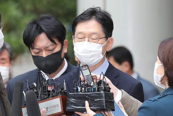 김경수 경남도지사가 6일 서울고등법원에서 열린 재판을 마친 뒤 심경을 밝히고 있다. 김 지사는 이날 댓글조작 혐의에 유죄(징역 2년), 공직선거법 위반 혐의에 무죄를 선고받았다. 재판부는 대법원 판결이 남아있어 김 지사를 구속하진 않았다. [뉴스1]
