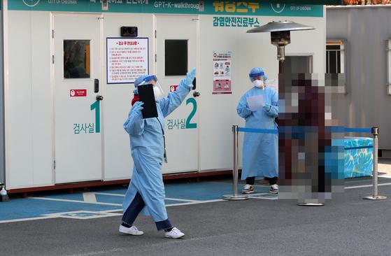 5일 오전 충남 천안시 동남구 문화동 동남구보건소 선별진료소에서 의료진이 분주하게 움직이고 있다. 연합뉴스