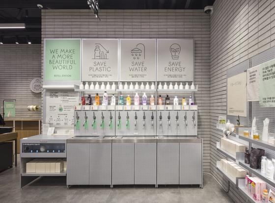 비닐 포장이나 플라스틱 용기 없이 내용물만 구매할 수 있는 '리필' 숍이 하나씩 문을 열고 있다. 사진은 아모레퍼시픽이 운영하고 있는 '리필 스테이션.' 사진 아모레퍼시픽