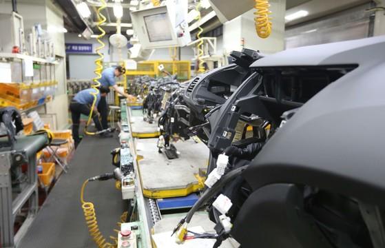 한 자동차 협력업체의 생산라인(사진은 기사와 직접적 관련이 없습니다). [중앙포토]