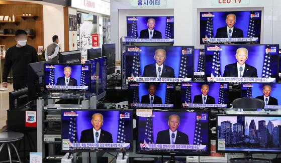 8일 서울 용산 전자랜드 가전매장에 46대 미 대통령에서 승리한 조 바이든 당선자 관련 뉴스가 나오고 있다. 뉴스1