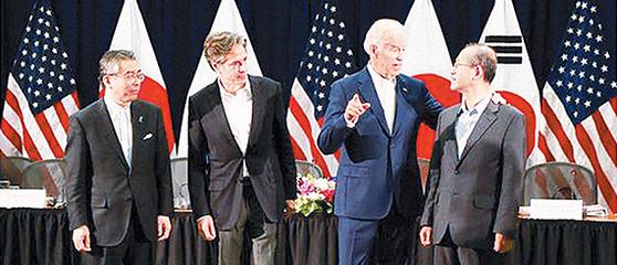 2016년 열린 한미일 차관협의에서 조 바이든 미국 부통령(당시·오른쪽 둘째)이 임성남 외교부 차관(오른쪽 첫째)과 얘기하고 있다. [사진 주한 미 대사관]