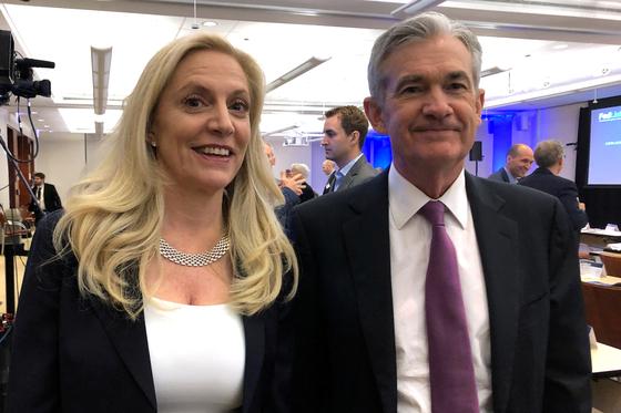 2019년 회의 후 함꼐 포즈를 취한 Fed 제롬 파월 의장과 브레이너드 Fed 이사.  로이터=연합뉴스