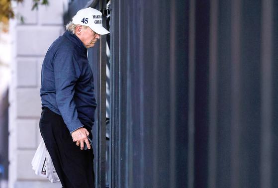 도널드 트럼프 미국 대통령이 7일(현지시간) 조 바이든 민주당 후보의 당선 확정 보도를 접하고 워싱턴DC 백악관으로 복귀하고 있다. [로이터=연합뉴스]
