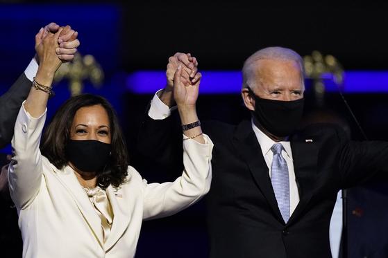 7일(현지시간) 미국의 제46대 대통령으로 당선됐다고 선언한 조 바이든 당선인(오른쪽)과 카멀라 해리스 부통령 당선인. [AP=연합뉴스]