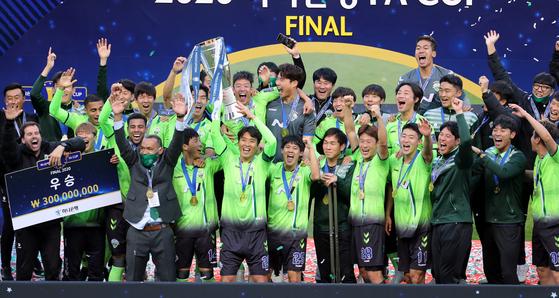 FA컵에서 우승한 전북 현대 선수들이 시상식에서 기뻐하고 있다. K리그1에서 우승한 전북은 창단 이래 첫 2관왕을 차지했다. [연합뉴스]