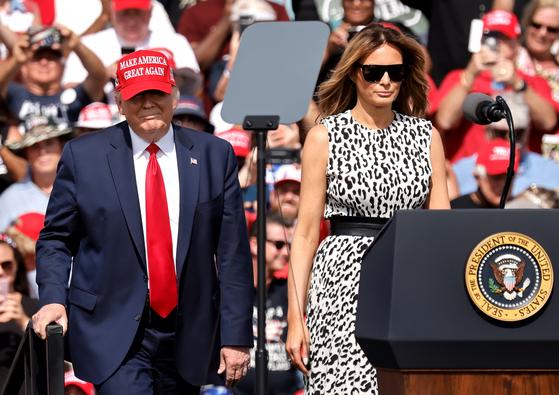 도널드 트럼프와 멜라니아 트럼프(오른쪽)가 10월 플로리다에서 열린 대선 유세장에서 군중들 앞에 섰다. [EPA=연합뉴스]