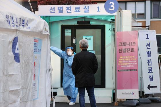 신종 코로나바이러스 감염증(코로나19) 신규 확진자가 126명 발생한 가운데 9일 오전 서울 중구 국립중앙의료원 선별진료소에서 의료진이 검사 관련 안내를 하고 있다. 연합뉴스