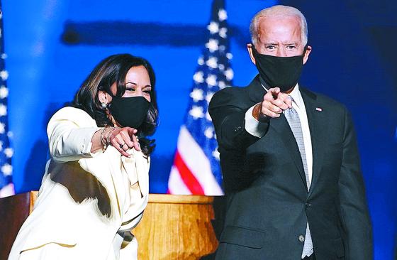 조 바이든 미국 대통령 당선인(오른쪽)과 카멀라 해리스 부통령 당선인이 7일(현지시간) 델라웨어주 윌밍턴에서 승리 선언을 하면서 환호하는 지지자들을 가리키고 있다. [EPA=연합뉴스]
