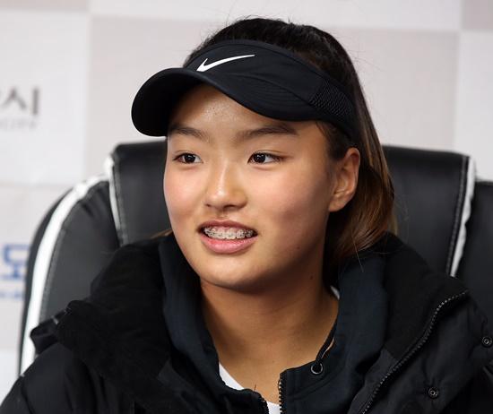 축구 국가대표 출신 이동국의 딸 이재아가 역사와 전통의 한국선수권대회에 출전해 여자복식 본선에 진출했다. [사진 대한테니스협회]