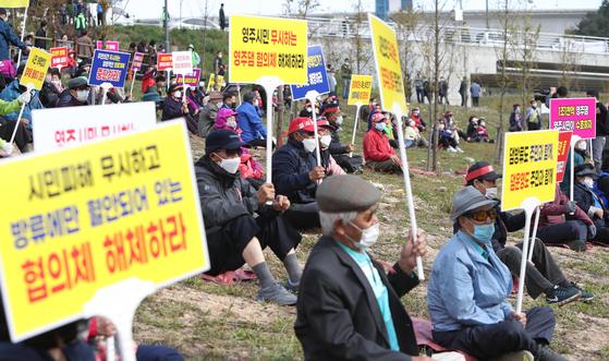 지난달 15일 경북 영주시 평은면 용혈리 영주댐 인근에서 지역 주민들이 댐 방류를 저지하고자 피켓 시위를 하고 있다. 연합뉴스