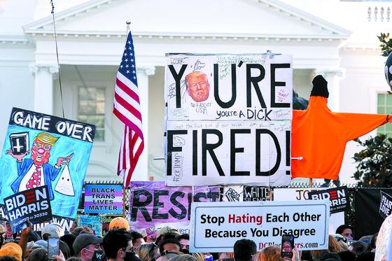 7일(현지시간) 미국 워싱턴DC 백악관 인근에 모인 바이든 대통령 당선인 지지자들이 트럼프 대통령을 향해 '당신은 해고됐다'는 피켓을 들고 대선 승복을 요구하고 있다. [EPA=연합뉴스]