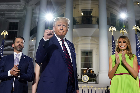 지난 8월 백악관에서 포즈를 취하고 있는 장남 트럼프 주니어, 도널드 트럼프 대통령, 영부인 멜라니아(왼쪽부터). [AP=연합뉴스]