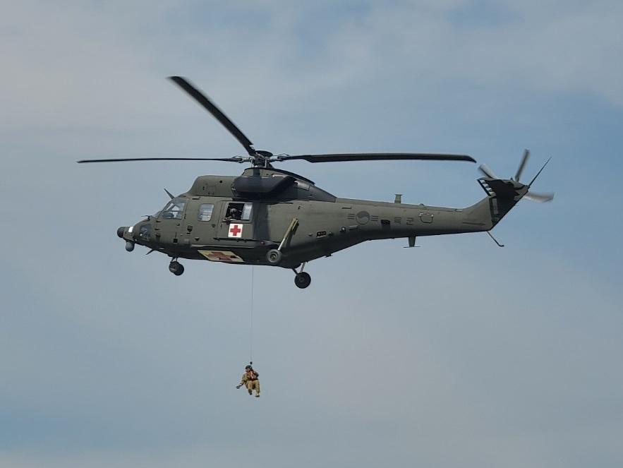 방위사업청은 위급한 국군장병 및 국민의 골든아워를 책임지는 하늘의 응급실 '의무후송전용헬기'를 육군에 전력화 완료했다고 9일 밝혔다. 사진은 외장형 호이스트 임무 장면. 사진 방위사업청