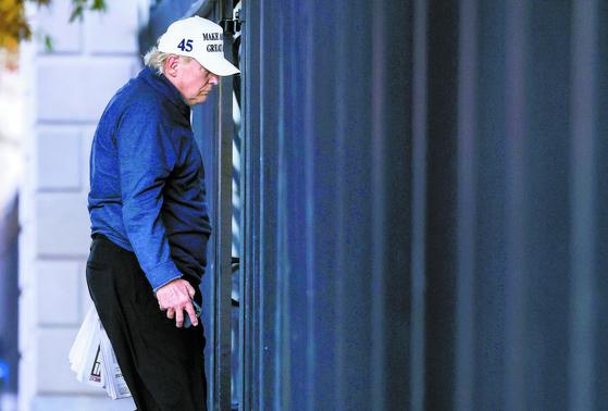 도널드 트럼프 미국 대통령이 7일(현지시간) 워싱턴DC 인근 버지니아주 트럼프 내셔널 골프클럽에서 골프를 치다가 패배 소식을 접한 뒤 백악관으로 돌아오고 있다. [로이터=연합뉴스]