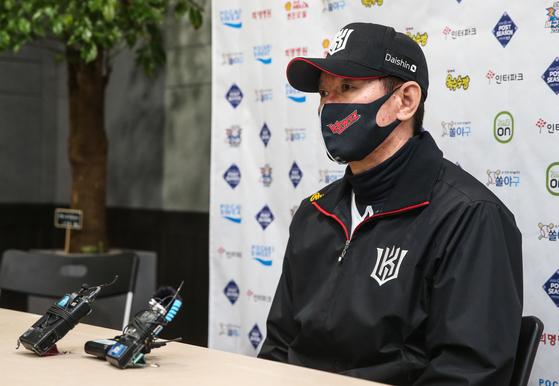 플레이오프 1차전에 앞서 취재진과 인터뷰하고 있는 KT 이강철 감독 [연합뉴스]