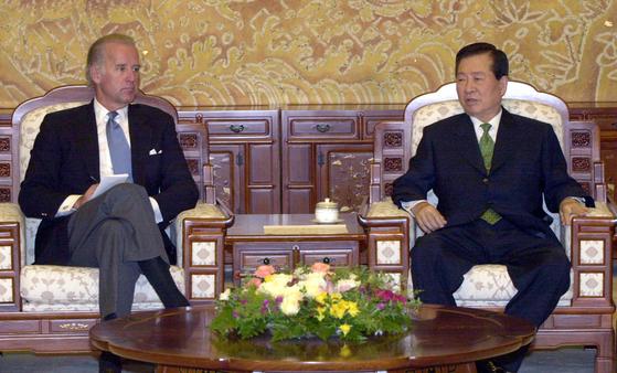 고 김대중 전 대통령이 2011년 8월 청와대에 방문한 조셉 바이든 당시 미 상원외교위원장을 접견하고 있다. 연합뉴스
